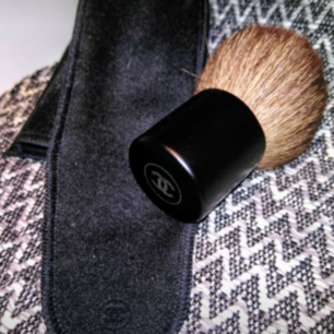 Chanel's Petit Pinceau Kabuki Brush is designed for use with all types of powders. Its full, rounded shape allows you to adjust coverage exactly as you wish on-the-go.  Kabuki brush Soft yet resilient bristles Presented in a suede pouch