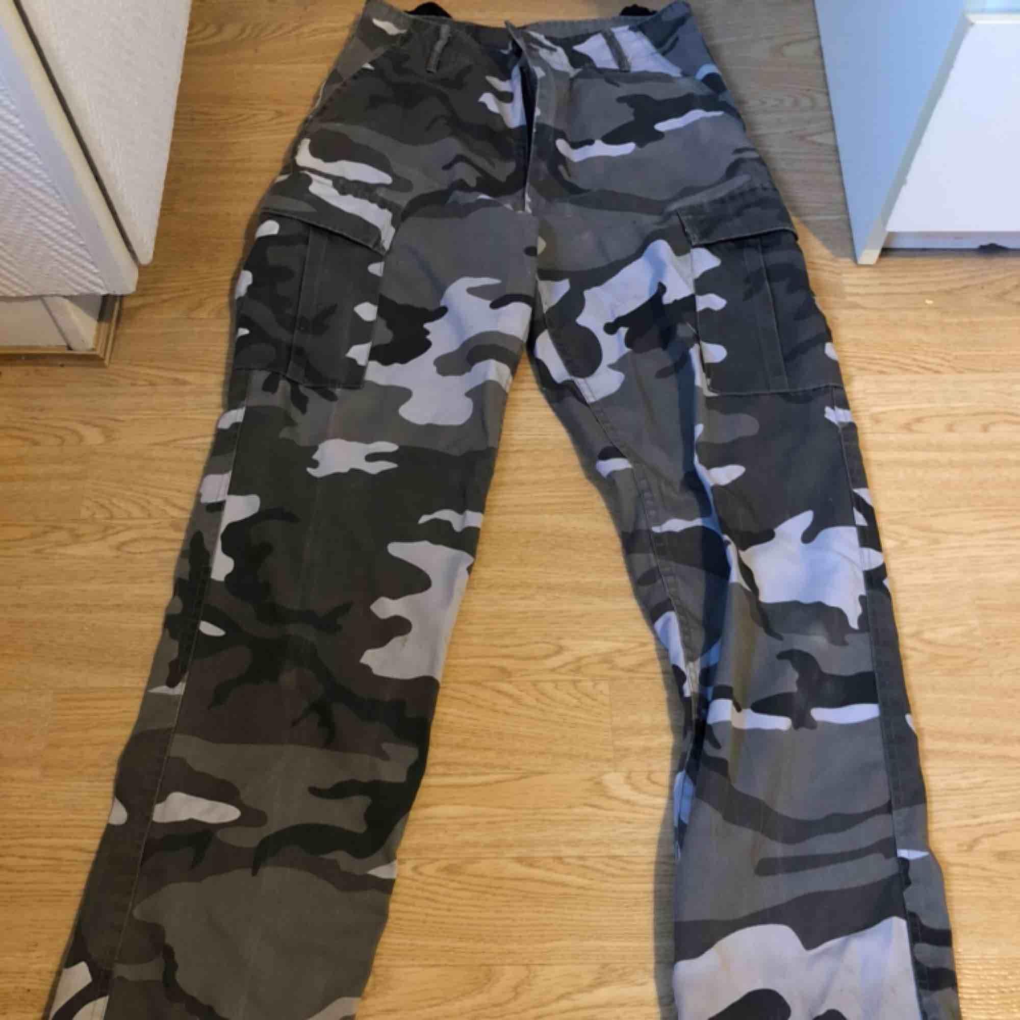 Det är storlek S men kan nog bäras av M. Det är ganska najs material. Bra om man ska vandra utomhus då tyget håller väldigt bra. . Jeans & Byxor.