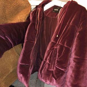 Jättefin mörklila varm jacka som är till midjan. Köptes för 399 och är knappast använd. Säljer för 100 kr + frakt, eller hämtas upp på bestämd plats!