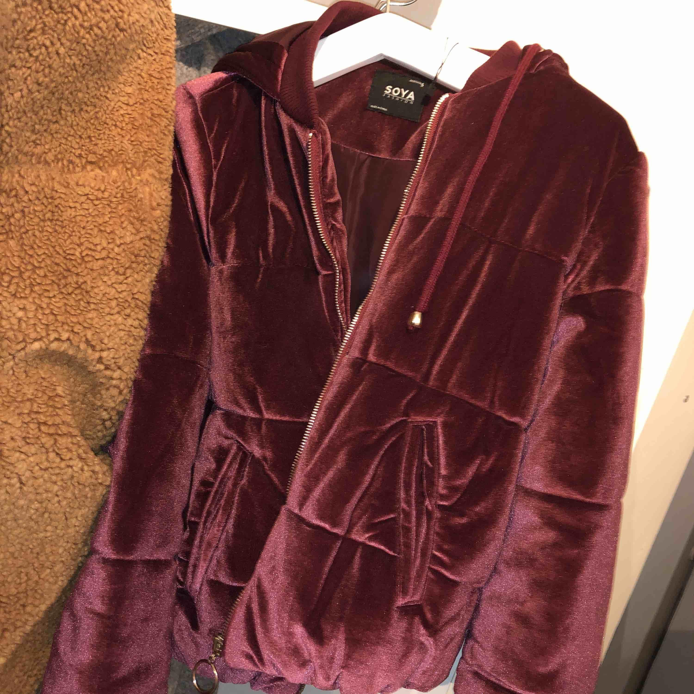 Jättefin mörklila varm jacka som är till midjan. Köptes för 399 och är knappast använd. Säljer för 100 kr + frakt, eller hämtas upp på bestämd plats!. Jackor.