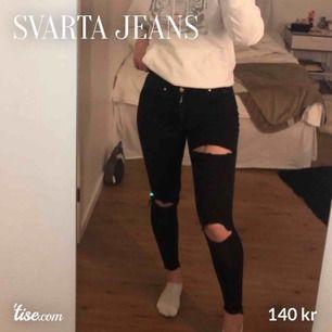 Säljer dessa skitsnygga jeansen! Använda ett fåtal gånger. Storleken är XS Skriv privat för mer bilder osv.