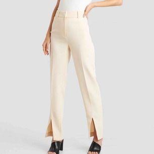Jag säljer ett par kostymbyxor med slits där fram. Dom kommer från Nakd  Storlek: 34 Nypris: 499 :- Bud från: 100 :- Hör av dig med ett bud eller om du har några funderingar.