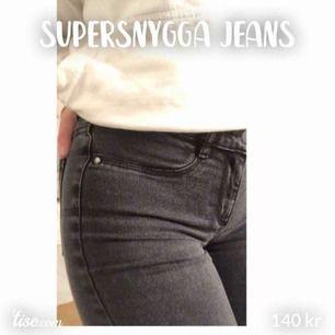 Säljer ett par supersnygga urtvättade jeans! Storleken är S Skicket är bra! Skriv till mig för bättre bilder eller mer info!