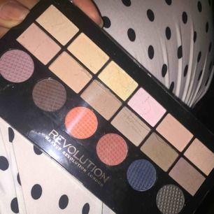 Ny eyeshadow palette från revolution  Frakt tillkommer på 10kr📦 Mitt pris som gäller ✅