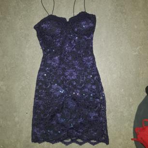Figursydd klänning med paljetter.  Aldrig använd.