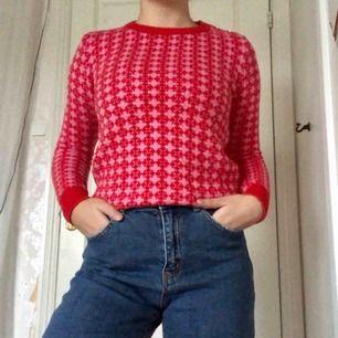 Stickad tröja i retrostil, sjukt snygg in my opinion Sitter normalt, dvs inte för tajt eller för löst (jag är en S) Bra skick!!  Ställ gärna frågor om du har några.