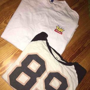 Toystory stl M och Junkyard baseball tröja stl S (passar mig med stl M också) i paketpris! Betalning sker via swish och köpare står för ev frakt! 📦🚚
