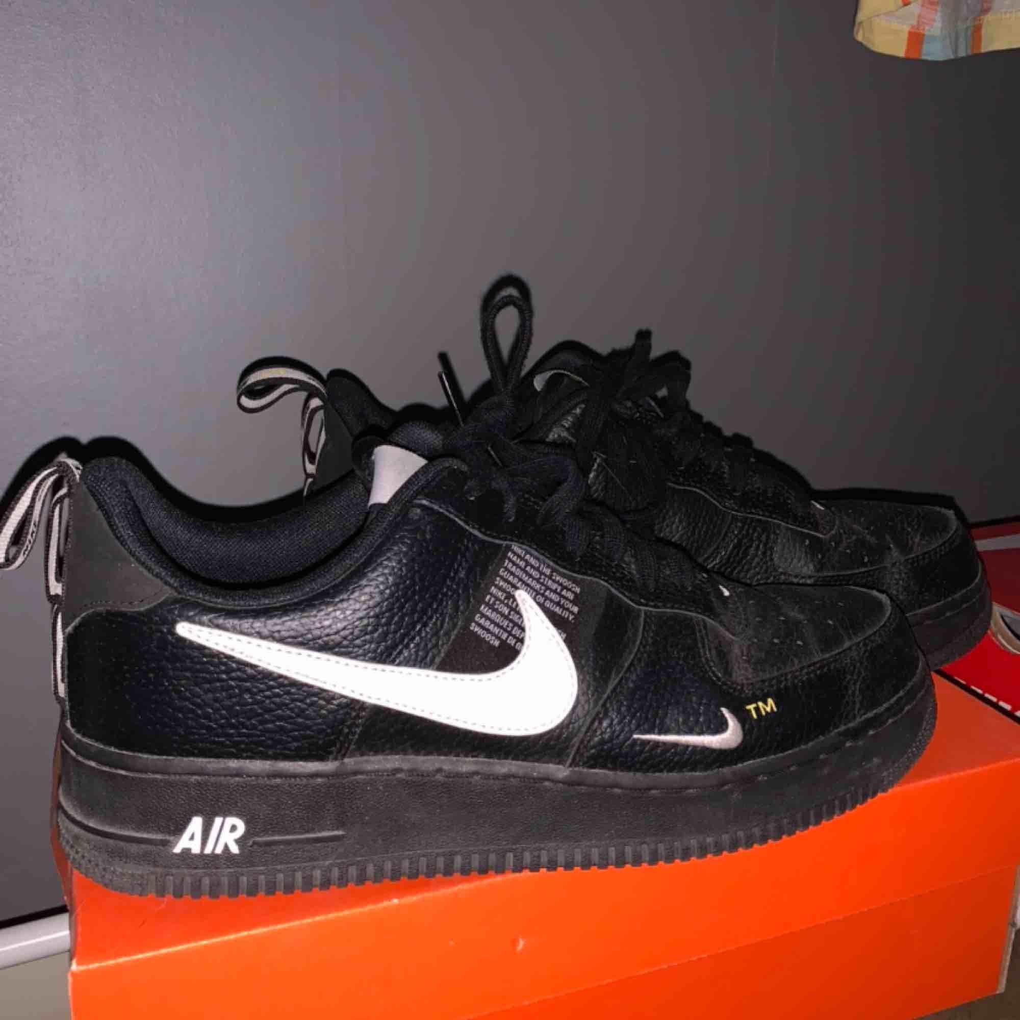 Asfeta Nike air skor, vet dock inte modellen. Dom är i använt, men bra skick 🥰 Betalar halva frakten! . Skor.