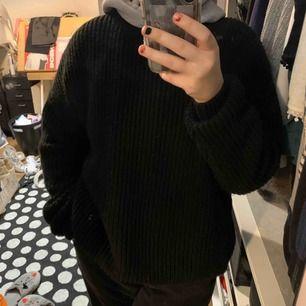 Vanlig svart stickad tröja köpt på urban outfitters förra året, bra skick, frakt ingår