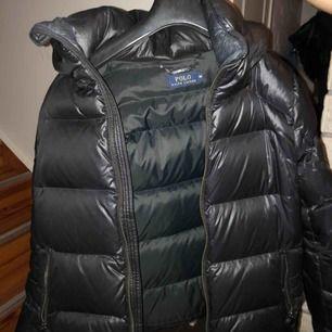 Säljer min Polo Ralph Lauren jacka. Använd bara ett fåtal gånger. Köptes på Bootz förra vintern. Kan mötas upp i Malmö och Lund. Annars står köparen för frakten.