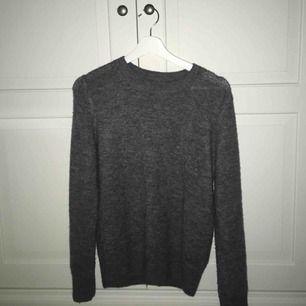 Jättemysig, grå stickad tröja från HM. Helt  oanvänd. Köptes för ca 150kr. Frakt tillkommer på 42kr 💓
