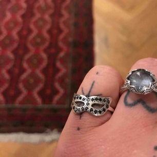 Mask- Silverring med små stenar från Maria Nilsdotter! Superskick!