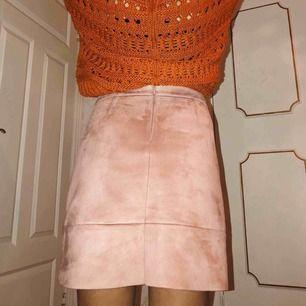 Rosa mockakjol (imitation)  Superkvalitet, inga defekter Som ny Jag är 160 cm lång och ni ser kjolens längd på bilderna  Den kan absolut fraktas för 49-63 kr Kan mötas upp i varberg⚡️