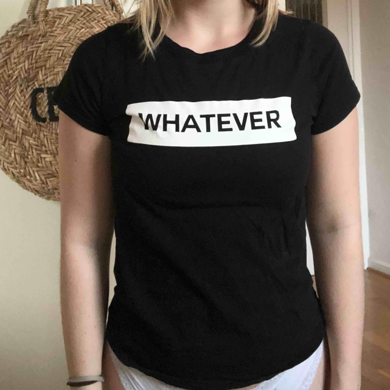 """En basic t-shirt i Svart med tryck på bröstet med texten """"whatever"""". I gott skick!  Säljs på grund av att den inte kommer till användning längre.  Köparen står för frakt, annars kan jag mötas upp i Helsingborg :) . T-shirts."""