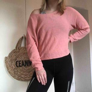 En väldig fin off shoulder tröja i korall/rosa färg som bara är använd ett par gånger. Sitter som en XS/S. Kan mötas upp i Helsingborg men annars står köparen för frakt.