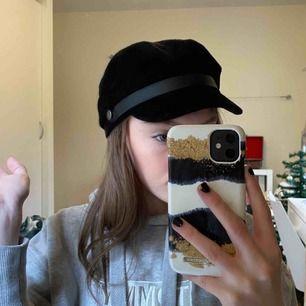 Snygg svart hatt, frakten tillkommer