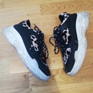 Chunky sneakers i stl 37-37.5 (står 38 på skon men små i storleken som vissa sneakers brukar vara). Svarta med vit sula och mjuk leopard-velour/sammet. Frakt 63 kr.