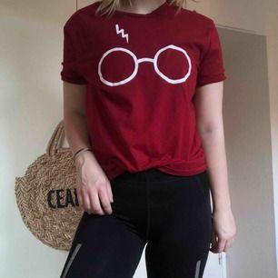 En Harry Potter tröja för er fans där ute. Vinröd färg.  Använd en gång bara! Skönt material!  Kan mötas upp i Helsingborg men annars står köparen för frakten!