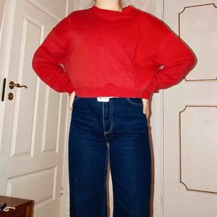 Röd, långarmad croppad (?) tröja Smått oversize