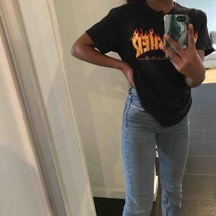 En Thrasher t-shirt i storlek XS. Köpt för 399, säljer på grund av att den inte kommer till användning längre. Små sprickor i texten men annars i bra skick, kontakta för närmare bilder. Köpare står för frakt. Kontakta vid intresse!