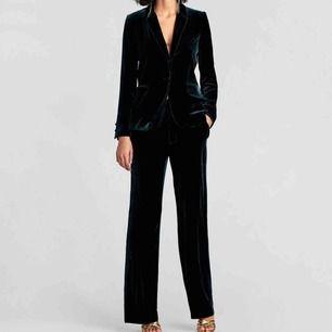 Säljer detta sammet-kavaj+kostymbyxor set då jag tyvärr har växt ur byxorna.. Jackan är i storlek S och byxorna XS. Säljs separat för 350kr styck eller som ett set för 600. 🌟