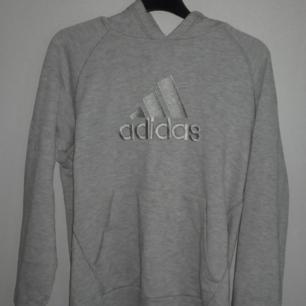 Jätte fin Adidas hoodie! Lite vintage, sälja pga den används för lite så tycker någon annan förtjänar den😊💓