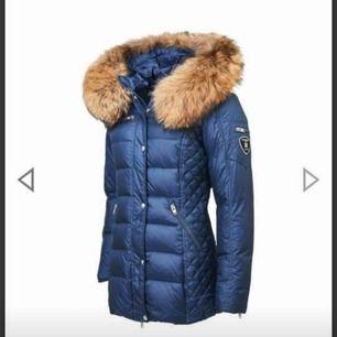 Säljer nu min rockandblue jacka, färgen är midnight. (Mörkblå), köptes i oktober för 3799:-. Använd ca 3 ggr, var inte riktigt min färg 🌸.