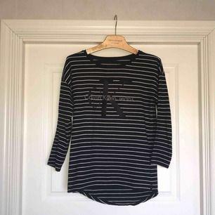 Säljer en randig Calvin Klein tröja i storlek S! Väldigt bekväm och ser bra ut på. Står S i den men den passar nog både XS och M också! Calvin Klein texten är lite sliten på så sätt att den sitter lite löst i kanterna men inget man tänker på! (Se bild 3)