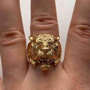 Coolaste sättet med en ring som är töjbar så passar alla storlekar + supercoolt matchande halsband! Frakt tillkommer