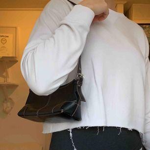 Väska med lite längre band än den vanliga modellen vilket jag tycker är snyggare men även smidigare nu till vintern ifall man har en större jacka! Frakt tillkommer