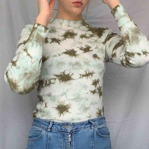 Stretchig tröja som är lite smått ribbad! Hur cool? Frakt tillkommer