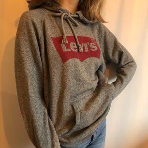 Gråmelerad äkta Levis hoodie i nyskick. Inköpt i december 2017 på Levis Store. Säljer pga. att jag inte trivs i den. Den sitter som en small på mig som är XS. Köparen står för frakt