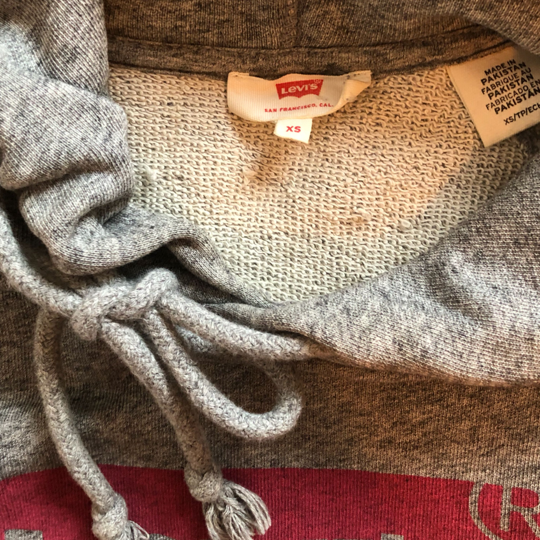 Gråmelerad äkta Levis hoodie i nyskick. Inköpt i december 2017 på Levis Store. Säljer pga. att jag inte trivs i den. Den sitter som en small på mig som är XS. Köparen står för frakt. Huvtröjor & Träningströjor.