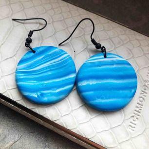 Superhärliga örhängen i lera, med olika toner av blått som påminner om vågor ock havet🌊 9 kronor i frakt tillkommer💕