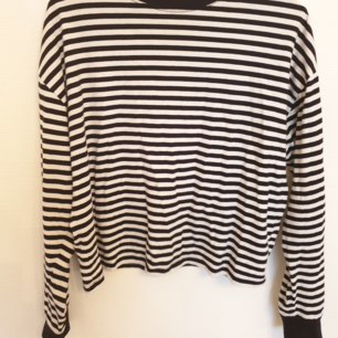 Säljer en basic svart vit randig tröja. Fint skick förutom en lite fläck som man kan se på tredje bilden. Kan mötas i stockholm eller frakta för 30 kr 😊