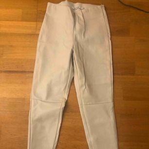 Ett par super snygga beiga skinn byxor från NA-KD, Storlek 36. Knappt använd & endast för 100kr 🥰