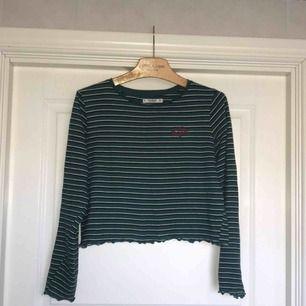 Säljer en jättefin grön Pull and bear tröja i jättebra skick! Står M i den men den sitter mer som en S/M så passar fler storlekar än M!☺️ Väldigt bekväm och med ett fint litet hjärta vid bröstet! 120:-