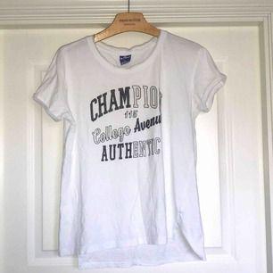 Säljer en vit Champion t-shirt i träningsliknande material. Väldigt skön och luftig så funkar bra till träning men även som vanlig t-shirt. Har lite små fläckar vid kragen (dock inget som syns vid användning!). Därav priset