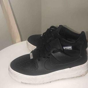 Snygga Nike air force af1 Säljes då dem tyvärr var för små🌸 Använda ca 4 gg.  Alt byte mot ett par 37:or