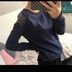 En fin Thommy Hilfiger tröja som aldrig är använd, alltså i väldigt fint skick. Storlek:M och ett pris på endast 230kr🥰