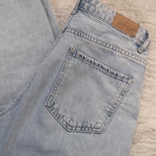 Säljer ett par extremt snygga mom jeans från gina tricot som tyvärr inte passar! Älskar verkligen färgen på dom😍  Köparen står för frakten❤️