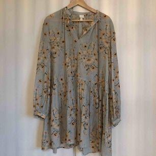 Mintgrön blommig klänning med volangdetaljer. Lite oversized. Använt 2-3 ggr. Djur och rökfritt hem. Frakt: 30 kr