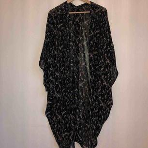 Superfin oversized mönstrad kimono i svart! Djur/rökfritt hem. Frakt: 30 kr
