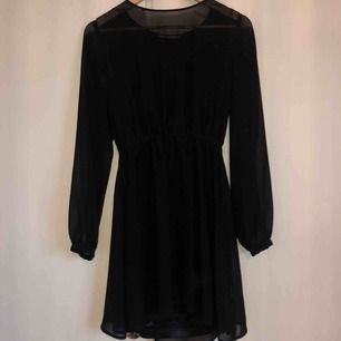 Svart klänning i chiffongliknande material med underklänning. Tänker att det vore fint att ha ett skärp i midjan! Rök/djurfritt hem. Frakt: 35 kr