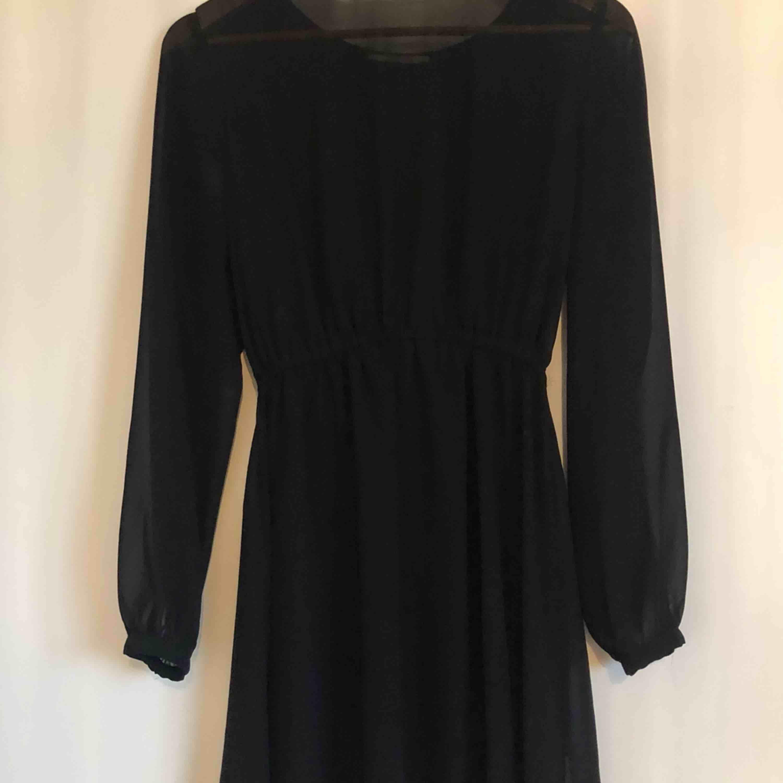 Svart klänning i chiffongliknande material med underklänning. Tänker att det vore fint att ha ett skärp i midjan! Rök/djurfritt hem. Frakt: 35 kr. Klänningar.