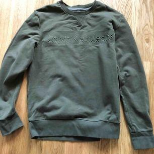 En stilren grön sweatshirt från Calvin Klein jeans. Fint skick i storlek S