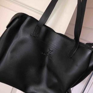 Förvaringsbar fake Louis Vuitton väska som aldrig kommit till användning. Kan användas både som skolväska och till vardags :) 90kr+ frakt eller mötas upp ❤️