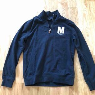 Marinblå tröja från Morris! Fint skick, nästintill oanvänd.  Nypris 1300 kr. Storlek S