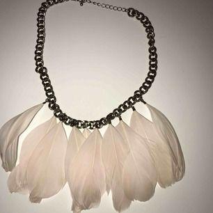 Halsband med fjädrar från H&M, frakten är inkluderat i priset