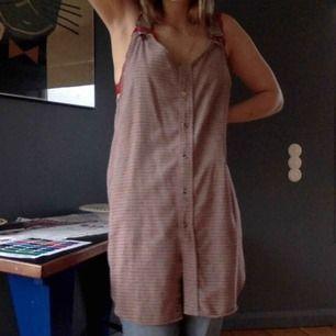 Snyggaste klänningen, som ser så snygg ut på egen hand men fungerar perfekt med byxor och tröja under.